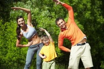 9910562-retrato-de-familia-de-tres-haciendo-ejercicio-fisico-en-el-parque