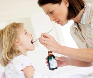 лечение-бронхиальной-астмы-у-детей-мама-дает-лекарство