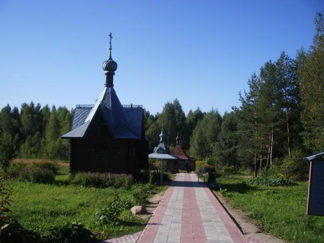 Источник святой великомученицы Варвары  (на переднем плане – часовня, на заднем - купальня и сень над самим источником).