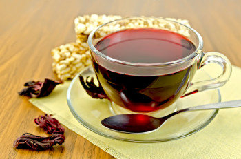 Tea hibiscus with cereal crispbread