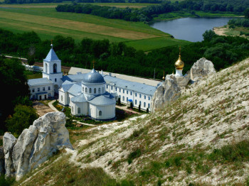 Divnogorskiy-Holy-Assumption-Monastery-moutain-view