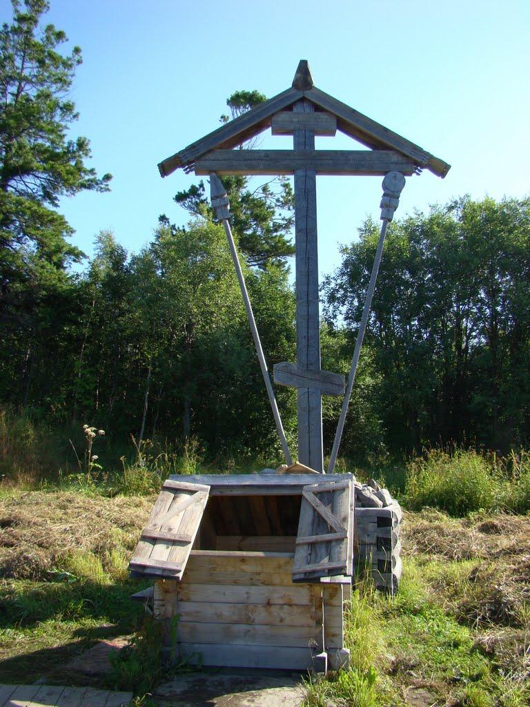 Источник и поклонный крест Фото с сайта panoramio.com