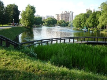 Vorontsovsky_park,_Moscow,_Russia._View_at_the_main_pond._July_2009