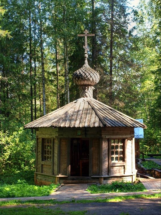 Храм рядом с источником Фото с сайта novlenskoe.prihod.ru