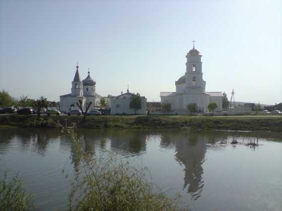 Вид на озеро и храм села Смышляевка Фото с сайта staraysamara.ru